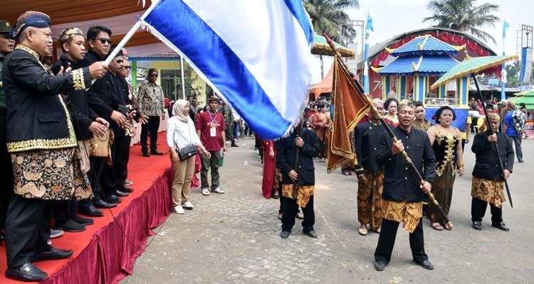 Plt Bupati Malang Sanusi ketika memberangkatkan peserta Kirab 1 Suro (Istimewa)