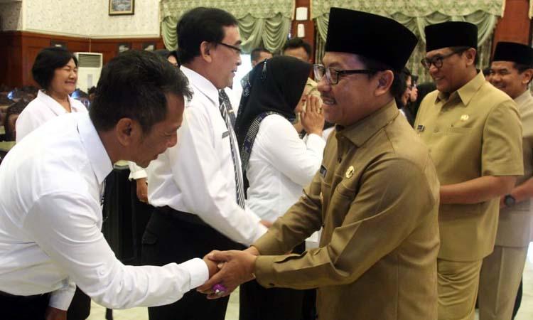 Walikota Sutiaji saat mengkukuhkan 37 guru sebagai Kepala Sekolah