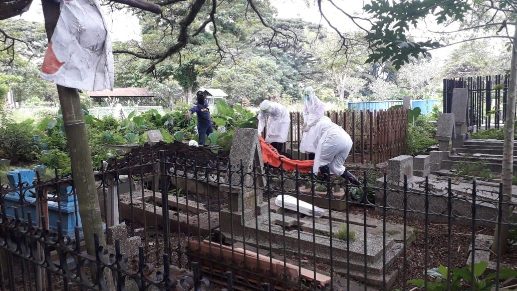 Ilustrasi pemakaman di TPU Samaan oleh petugas PSC 119 Dinkes Kota Malang