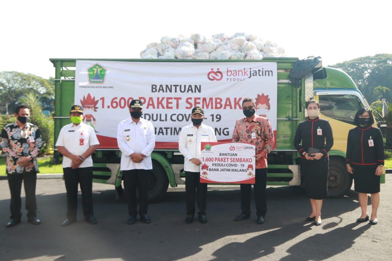 Penyerahan simbolis paket sembako Peduli Covid-19 bantuan Bank Jatim kepada Wali Kota Malang Sutiaji