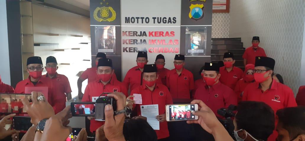 Seluruh pengurus DPC PDIP Kota Malang saat mengadukan pembakaran bendera partai ke Polresta Malang Kota