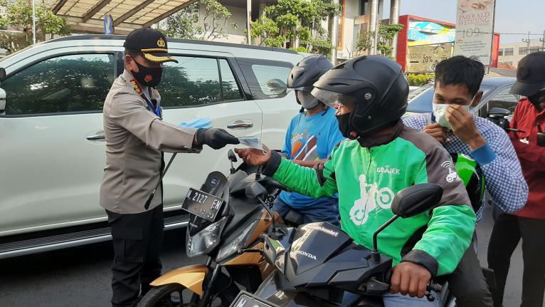 Kapolresta Malang Kota Kombes Pol Leonardus Simarmata saat membagikan masker kepada pengguna jalan