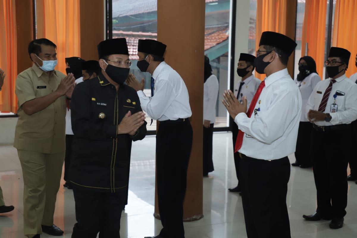 Wali Kota Malang Drs H Sutiaji saat mengukuhkan 62 Kepala Sekolah di aula Pertamina SMK Negeri 2, Senin (6/7/2020)