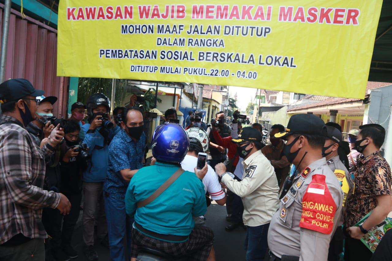 Wali Kota Malang Drs Sutiaji saat meninjau pelaksanaan PSBL di Kelurahan Mergosono