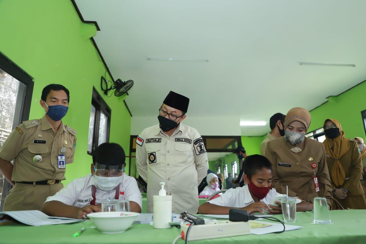 Walikota Malang Drs Sutiaji saat meninjau penyediaan wifi gratis di Kelurahan Bandulan