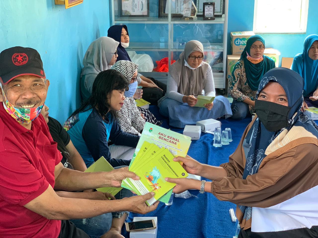 Tim pengabdian masyarakat Jurusan Psikologi, Fakultas Ilmu Sosial dan Ilmu Politik, Universitas Brawijaya Malang melakukan penyuluhan langsung kepada anak-anak tentang kebencanaan di Kampung Warna-Warni Jodipan.
