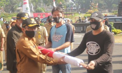 Foto: Walikota Malang, Sutiaji Menerima Bendera Panjang Lingkar Tugu dari Komunitas Halokes Mbois