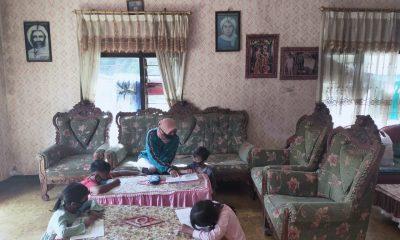 Guru SD Negeri Gunungsari 4 ketika melaksanakan KBM visit di salah satu rumah siswa