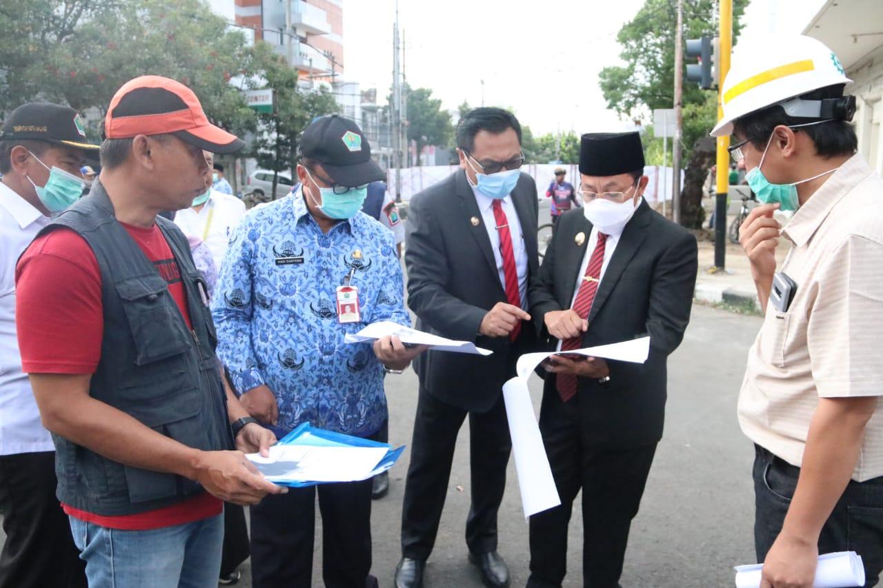 Walikota Drs Sutiaji bersama Wawali Sofyan Edi Jarwoko saat sidak proyek Kayutangan Heritage (Foto : Humas Pemkot Malang)