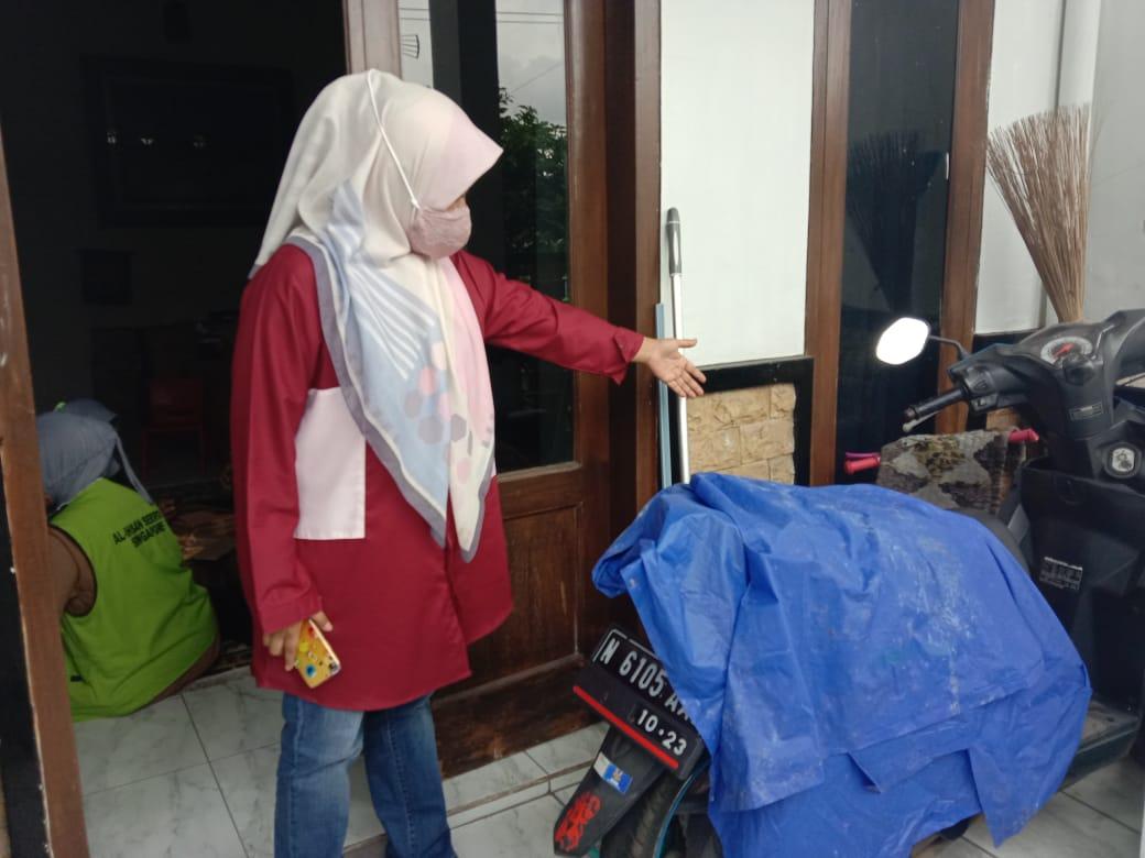 Korban pencurian, Anis Safiati saat menunjukkan letak sepeda pancalnya yang dicuri oleh pelaku. (Kabarmalang.com)