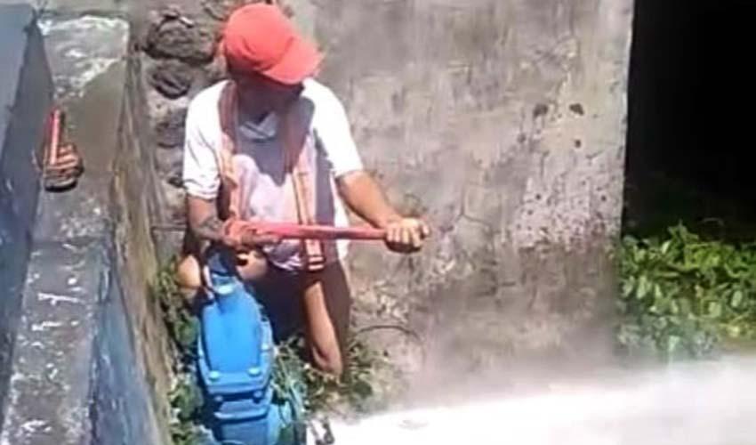 Flushing oleh PDAM Kota Malang untuk membersihkan air. (Foto : Istimewa)