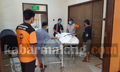 Jenazah korban pembunuhan Karangsuko tiba di RSSA (Foto : Kabarmalang.com)