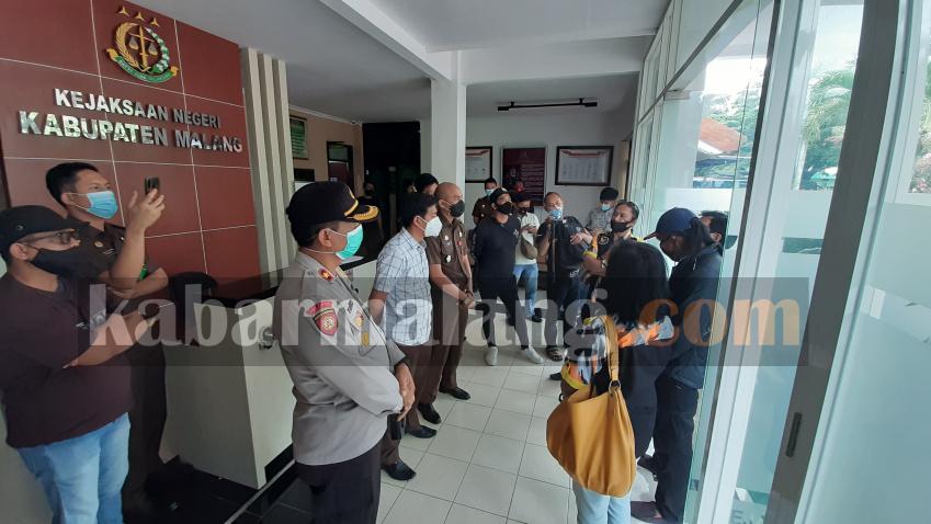 Kejari Kabupaten Malang saat menemui anggota GMBI meminta barang rampasan