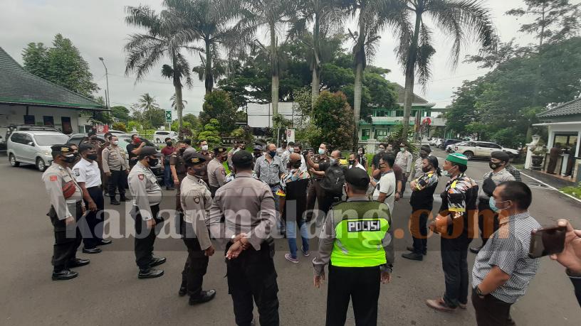 Aparat kepolisian mengamankan kehadiran GMBI ke Kejari Kabupaten Malang