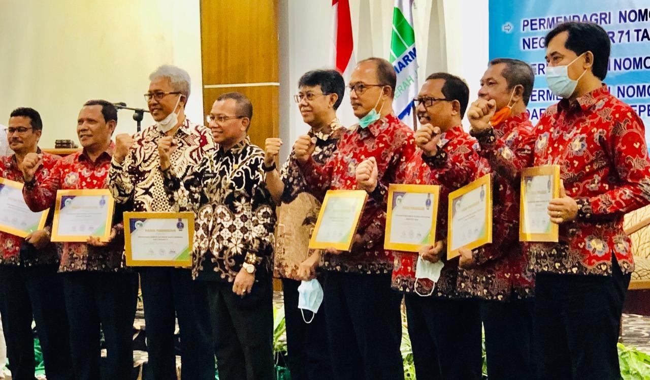 Dirut Perumda Tugu Tirta, M Nor Muhlas (paling kanan) saat menerima penghargaan dari Perpamsi