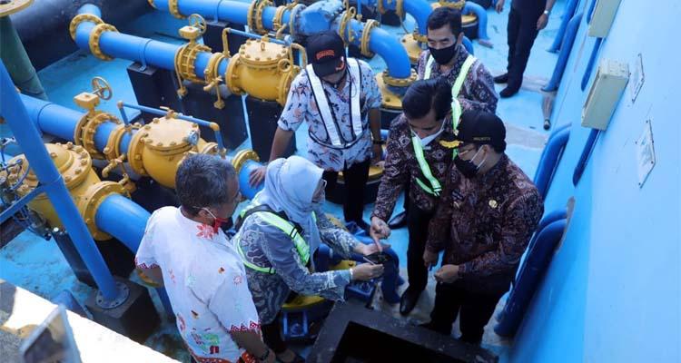 Wali Kota Malang Sutiaji mengecek kualitas air di waduk Wendit 3. (Foto : Istimewa)