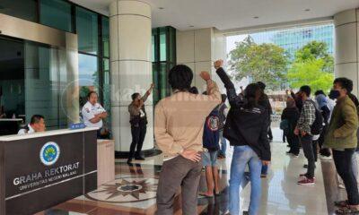 Aksi demonstrasi Aliansi Mahasiswa Peduli UM (Foto Fathi)