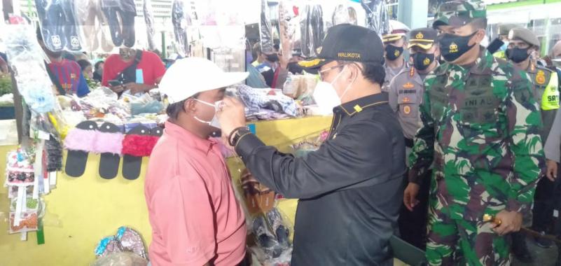 Cegah Virus Covid-19, Wali Kota Sutiaji Bagi-Bagi Masker di Pasar Bunul