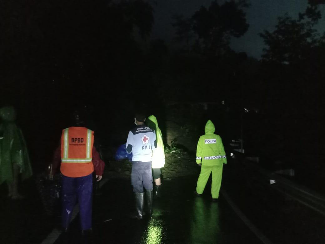 Longsor, Jalur Malang-Kediri Tertutup Total