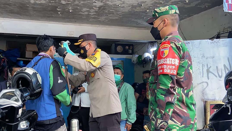 Kapolresta dan Dandim Bagikan Masker Gratis di Stasiun Kotabaru