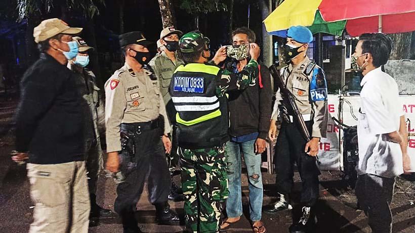 Gabungan Polisi Dan TNI Razia Prokes Di Warkop Kedungkandang