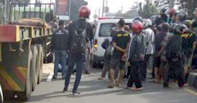 Warga dan pengguna jalan di lokasi korban meninggal karena kecelakaan