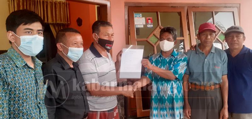 Lembaga Bantuan Hukum (LBH) Malang yang menangani perkara perseteruan warga di Desa Ngenep Karangploso, Kabupaten Malang berakhir damai melalui mediasi