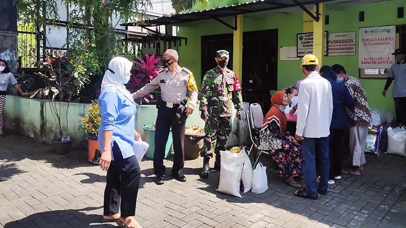 Babinsa Koramil Blimbing Kawal Pembagian BPNTD Dinsos Kota Malang