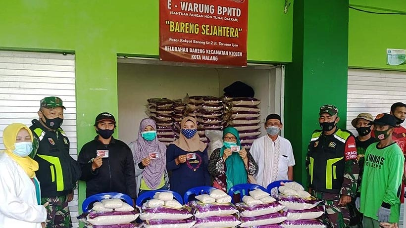 Babinsa Koramil Klojen Kawal Penyaluran BPNTD Di Kelurahan Bareng