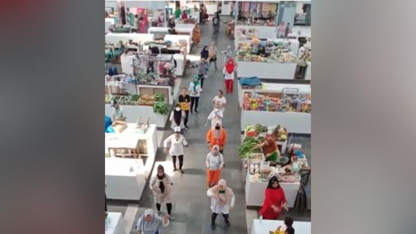 Pedagang Pasar Kasin Kota Malang Gelar Senam Sehat Di Lorong Lapak