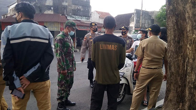 Sasar Jalan Nusa Kambangan, Petugas Peringatkan Pelanggar Prokes