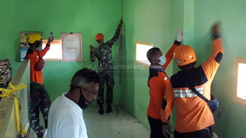 TNI Dan Relawan Mulai Renovasi Rumah Akibat Gempa Di Malang