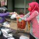 Persit KCK Cabang XL Kodim 0833 Bagi-Bagi Takjil Gratis Jelang Berbuka
