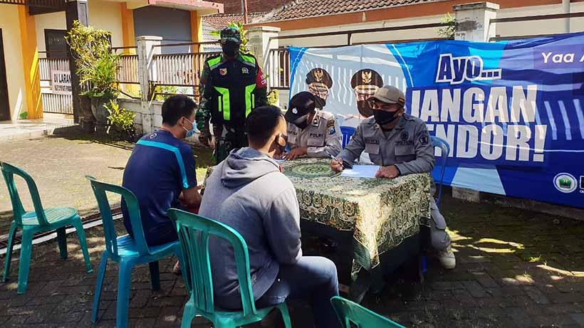 Wajibkan Masker, Aparat Kedungkandang Tegur Pelanggar Di Lesanpuro