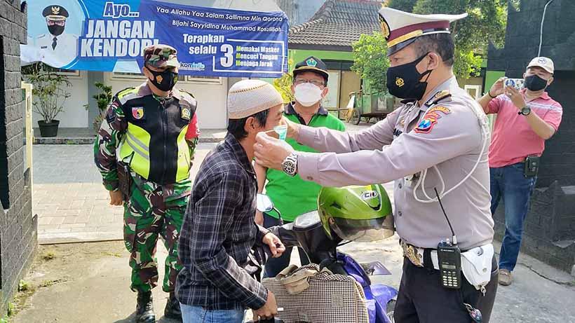 Gabungan TNI Polri Grosokan Prokes Di Kelurahan Sumbersari