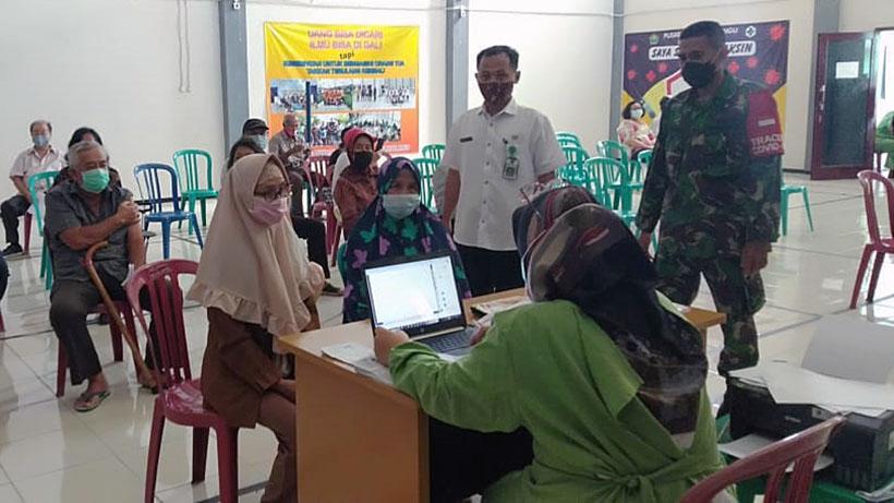 Babinsa Koramil Lowokwaru Kota Malang Dampingi Vaksinasi Lansia