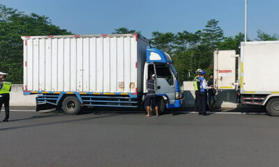 Antisipasi Truk Isi Pemudik, Petugas Geledah Boks Angkutan Di Malang