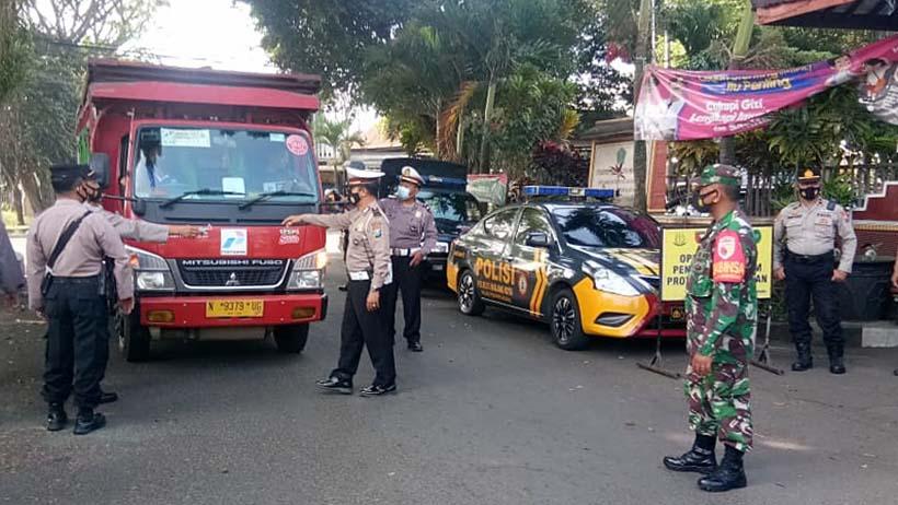 Petugas Hentikan Truk Dan Motor Di Arjowinangun, Cek Ketaatan Prokes