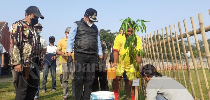 Wawali Kota Malang, Sofyan Edi Jarwoko saat prosesi menanam pohon pule di lapangan Porma Kota Malang